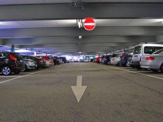 Fedett parkoló a reptér mellett